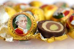 Das Mozartkugel, ein süßer Konfektionsartikel von Österreich stockbild