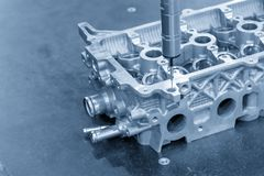 Das Multiachsen-Maß der Maschine CMM das Aluminiumautomobilteil lizenzfreie stockfotografie