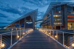 Das Museum für Moderne Kunst Astrup Fearnley an der blauen Stunde stockfotografie