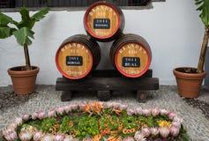 Das Museum - Lagerung des teuren Weinleseweins Madera Enorme F?sser werden durch Daten des Weins markiert Funchal, Madeira portug stockfotografie