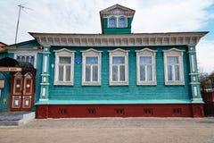 Das Museum von Güte, altes blaues Holzhaus mit geschnitzten Mustern stockfotos