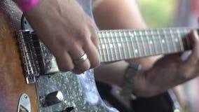 Das Musikerspiel auf einer Weinlesee-gitarre am Rockmusikfestival Übergibt Nahaufnahme stock video