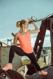 Das muskulöse Trainieren des weiblichen Athleten drücken sich oben draußen sonnigen Tag ein Stockfotos