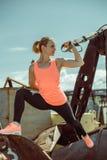 Das muskulöse Trainieren des weiblichen Athleten drücken sich oben draußen sonnigen Tag ein Lizenzfreie Stockfotos