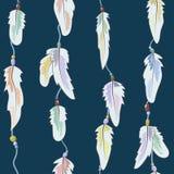 Das Muster von Federn und von Perlen auf einem Thread auf einem dunklen backgrou Lizenzfreies Stockbild