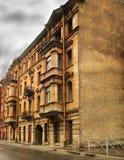 Das mystische Haus abgedeckt durch Anzeigen. Stockfotos