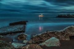 Das Nachtufer des Meeres mit dem Schiff im Abstand stockbilder
