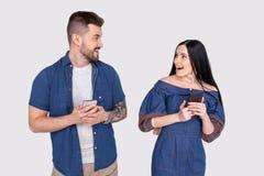 Das nahe hohe überraschende Foto las sie sie er er seine Telefon-Handarme des Damenkerltelefons intelligenten Leser, Nachrichtenb lizenzfreies stockbild
