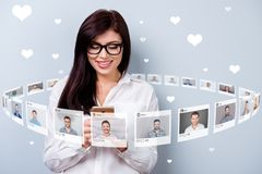 Das nahe hohe simsende Foto sitzt sie ihr Damengriff Smartphone online Internet repost wie Auswahl wählt Wahlillustration lizenzfreies stockfoto