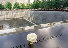 Das nationale 9/11 Denkmal am 11. September am World Trade Center-Bodennullpunktstandort Stockfotografie