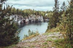 Das nationale Highland Park Ruskeala in der Republik von Karelien, Russland Russisches Tourismuskonzept Schöner Herbst Lizenzfreies Stockfoto