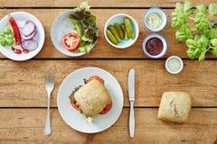 Das Nehmen des ersten Bisses aus selbst gemachtem dself heraus machte Sandwich neues köstliches foodie snackelicious Sandwich foo Lizenzfreie Stockfotos