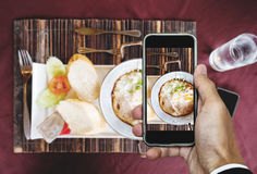 Das Nehmen von Lebensmittelphotographie der selbst gemachten Wanne ärgert gebratenes und Toastbrot, Draufsicht durch intelligente Stockbilder