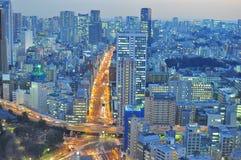Das Neonlicht von Tokyo nachts. Stockfotografie