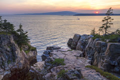 Das Nest-Sonnenuntergang des Raben und Fischerboot Stockfotografie