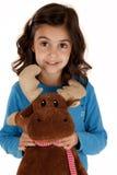 Das nette Brunettemädchen, das ein Spielzeug hält, füllte Ren an Lizenzfreies Stockbild