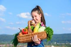 Das nette Kind feiern Erntefeiertags-Gemüsekorb Erntefestkonzept Kindheit in der Landschaft zicklein stockfotos