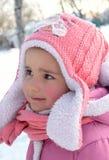 Das nette kleine Mädchen, das Winter und Schnee genießt, kleidete in warmem Rosa c an lizenzfreies stockbild