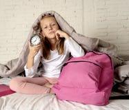 Das nette Mädchen, das sich sehr fühlt, ermüdete zur Schule fertig werden früh morgens nicht wünschen lizenzfreie stockfotos