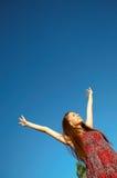 Das nette Mädchen zieht Hände zum dunkelblauen Himmel Lizenzfreies Stockfoto