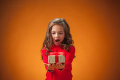 Das nette nette kleine Mädchen auf orange Hintergrund Stockbild