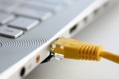 Das Netzverbindungsstück wird in den Laptop eingefügt Lizenzfreie Stockfotografie
