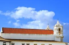 Das neue Dach historischer Santa Maria-Kirche und alte der Glockenturm in Lagos Stockfoto