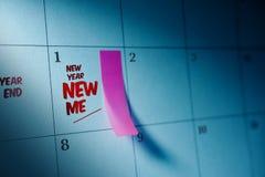 Das neue Jahr neu schreibe ich Mitteilung auf Kalender mit markiertem klebrigem nicht Stockfotografie