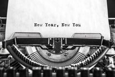 Das neue Jahr neu schrieben Sie Mitteilung auf einer Weinleseschreibmaschine Lizenzfreie Stockfotos