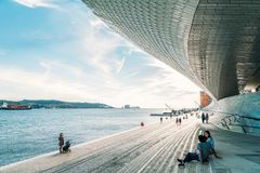 Das neue Kunstmuseum, die Architektur und Technology Museu de Arte, das Arquitetura e Tecnologia oder das MAAT lizenzfreie stockfotografie