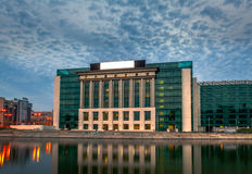Das neue moderne Gebäude von Bukarest-Nationalbibliothek auf Splaiul Unirii bei Sonnenuntergang Lizenzfreies Stockfoto