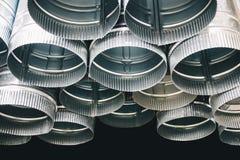 Das neue Regen-Wasser, das Metallfallrohr abläßt Lizenzfreies Stockfoto