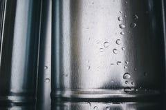 Das neue Regen-Wasser, das Metallfallrohr abläßt Stockfotos