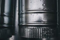 Das neue Regen-Wasser, das Metallfallrohr abläßt Stockfotografie