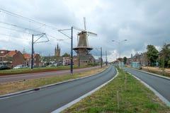 Das neue Spoorsingel mit der Mühle und dem lehnenden Turm in Delft, die Niederlande lizenzfreies stockbild