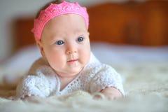 Das neugeborene Baby mit großen schönen Augen lizenzfreie stockbilder
