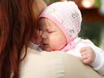 Das neugeborene Mädchen in einer Schutzkappe lizenzfreies stockbild