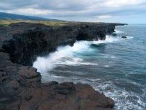 Das Neuland, das durch Lavaflüsse hergestellt wurde, zerstieß durch die Wellen des Pazifischen Ozeans Stockbild