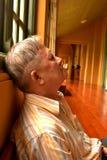Das Nickerchen machen des alten Mannes lizenzfreie stockfotos