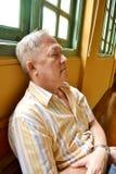 Das Nickerchen machen des alten Mannes lizenzfreies stockfoto