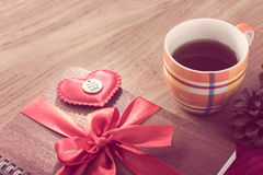 Das Notizbuch, das mit rotem Band eingewickelt wurde, Rot glaubte Herzen im Weinlesestift Lizenzfreies Stockbild