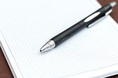 Das Notizbuch im Kasten mit Stiftnahaufnahme stockbilder