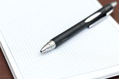 Das Notizbuch im Kasten mit Stiftnahaufnahme lizenzfreies stockfoto