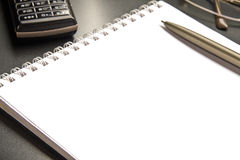Das Notizbuch und das Mobiltelefon Stockfoto