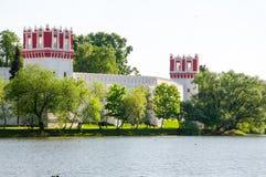Das Novodevichy-Kloster, auch Bogoroditse-Smolenskykloster vom Teich im Moskau-Stadtzentrum, Russland Lizenzfreie Stockbilder