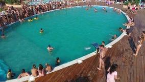 Das Oasen-Becken im Dorf von Golubitskaya, Krasnodar-Gebiet Leute sind im Pool entspannend Swimmingpool für Erwachsene und stock footage