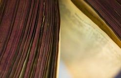 Das offene alte Bibelbuch stockfoto