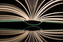 Das offene Buch mit Reflexion stockbilder