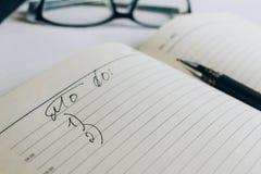 Das offene Notizbuch mit Anmerkungen lizenzfreie stockfotos