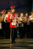 Das Orchester der konsolidierte Kinder des Palastes von Jugend Kreativität und von Show von Schlagzeugern in der Militäruniform 1 Lizenzfreie Stockfotos
